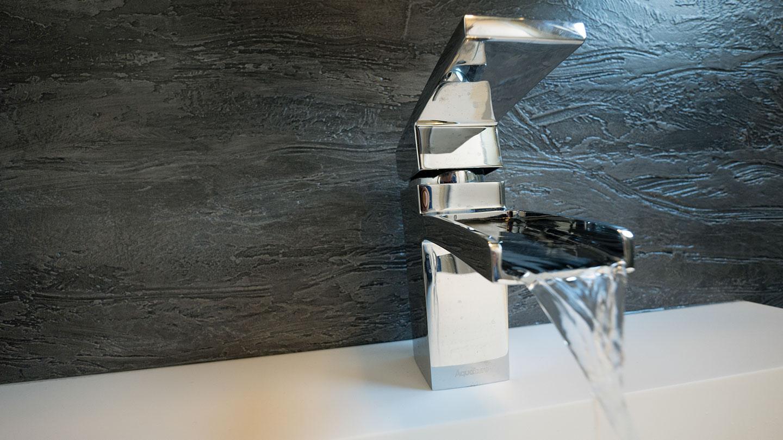 Voorbeeld van beton stuc, beton cire, beton ciré van Kalk & Co, speciale techniek van Hetty Martens. Ideaal voor hoogwaardige en waterdichte muren in badkamers, maar ook uitstekend geschikt voor meubels, trappen en meer.