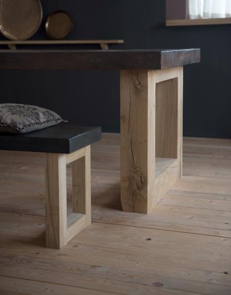 Art Collection van Hetty Martens, Beton Cire, betonciré, bank met eiken blokpoot. Diverse afmetingen, betonkleuren en poten mogelijk.
