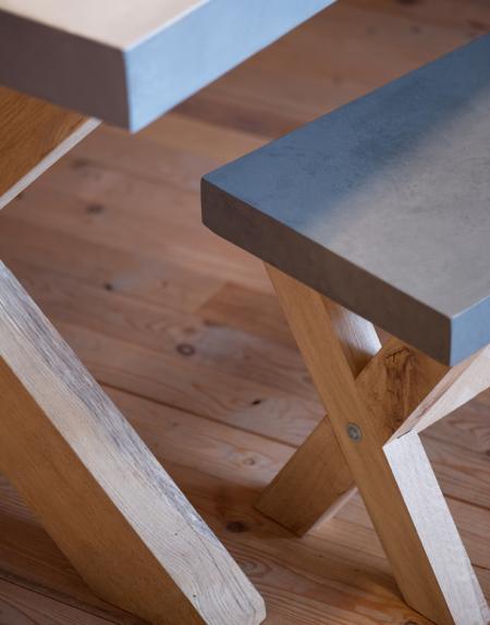 Beton Cire, betonciré, bank met eiken kruispoot. Diverse afmetingen, betonkleuren en poten mogelijk.