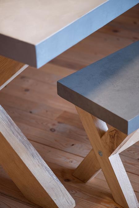 Beton Cire, betonciré, tafel met eiken kruispoot. Diverse afmetingen, betonkleuren en poten mogelijk.